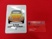 Er läuft und läuft VW Käfer Blechpostkarte Postkarte Schild