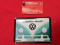 Adventure Awaits VW Bus T1 Blechpostkarte Blechschild Postkarte Schild Vintage (-087)